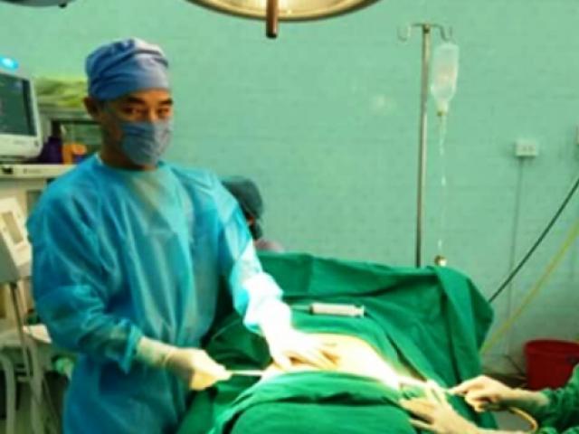 Giả mổ cấp cứu, đưa người quen vào viện nhi phẫu thuật thẩm mỹ