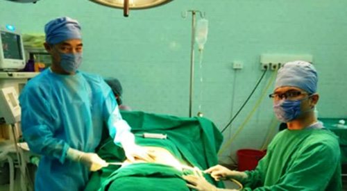 Giả mổ cấp cứu, đưa người quen vào viện nhi phẫu thuật thẩm mỹ - 2