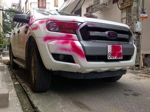 """Ô tô đậu trong ngõ bị đè đá, viết chữ """"NGU"""" trên thân xe - 3"""