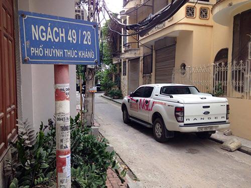"""Ô tô đậu trong ngõ bị đè đá, viết chữ """"NGU"""" trên thân xe - 1"""