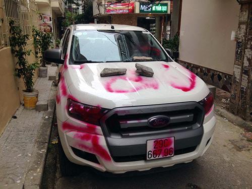 """Ô tô đậu trong ngõ bị đè đá, viết chữ """"NGU"""" trên thân xe - 4"""