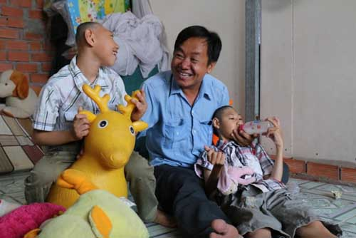 """Ông bố nuôi hai con teo não bị tố trục lợi tiền từ thiện, Trấn Thành """"ra mặt"""" - 2"""