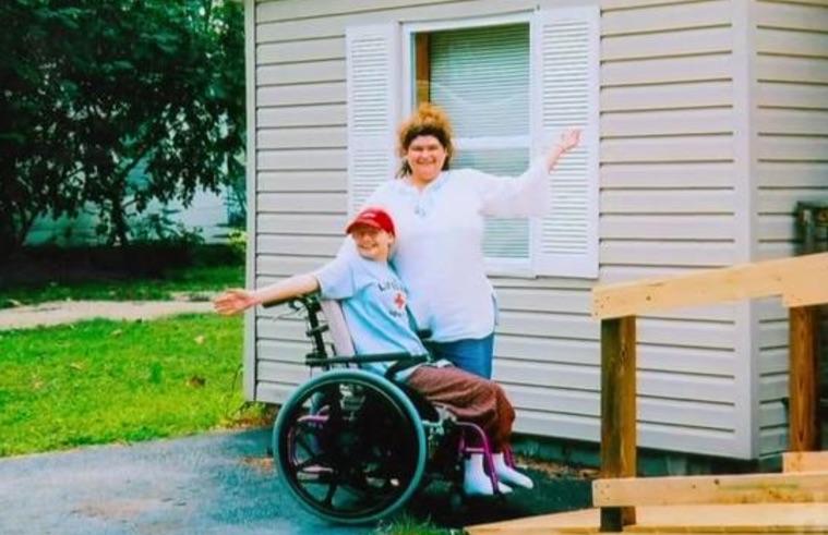 Mỹ: Sát hại mẹ ruột vì bị ép đóng giả tàn tật 10 năm - 1
