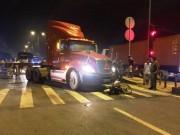 Tin tức trong ngày - Mẹ cùng hai con nhỏ nằm bất động dưới bánh xe container