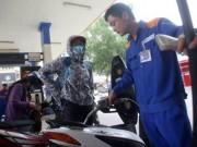 Thị trường - Tiêu dùng - Tăng thuế bảo vệ môi trường với xăng dầu: Đừng chồng gánh nặng lên người dân