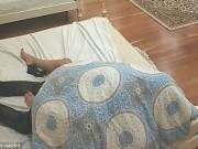 """Phi thường - kỳ quặc - Sốc khi thấy bạn gái ngủ với """"trai lạ"""" trên TV"""