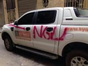 """Tin tức trong ngày - Ô tô đậu trong ngõ bị đè đá, viết chữ """"NGU"""" trên thân xe"""