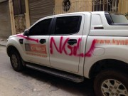 """Tin tức trong ngày - Nóng trong ngày: Ô tô đỗ trong ngõ bị sơn chữ """"NGU"""" trên thân xe"""
