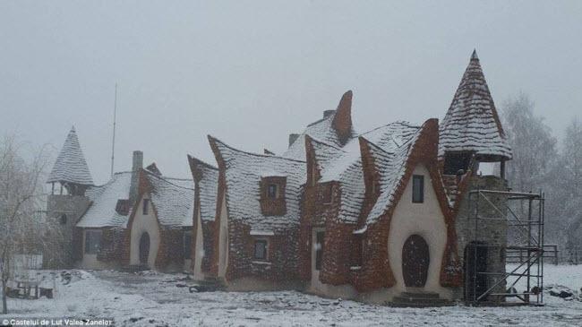Độc đáo lâu đài khách sạn làm từ đất sét và rơm - 7