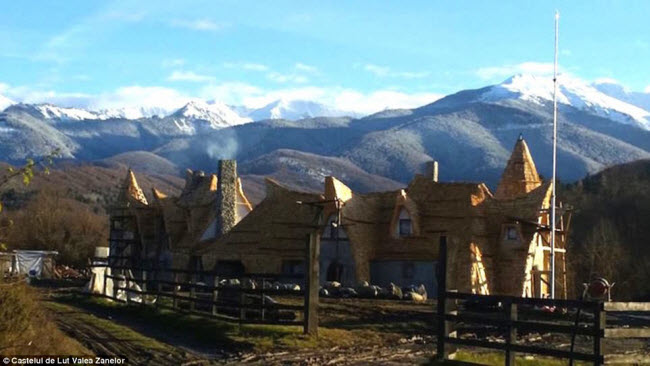 Độc đáo lâu đài khách sạn làm từ đất sét và rơm - 8