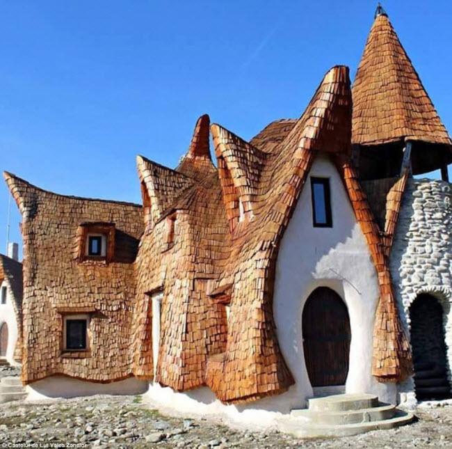 Độc đáo lâu đài khách sạn làm từ đất sét và rơm - 2