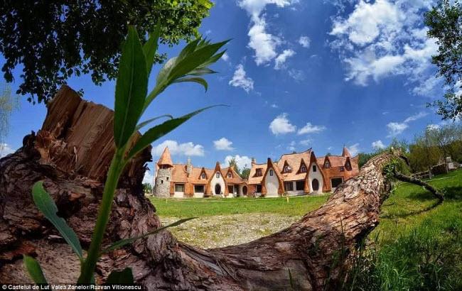 Độc đáo lâu đài khách sạn làm từ đất sét và rơm - 9