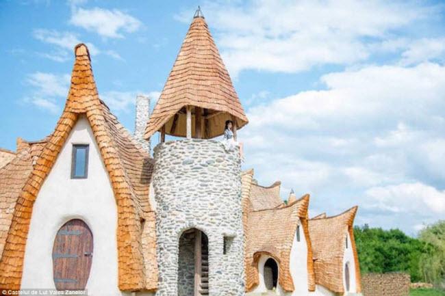 Độc đáo lâu đài khách sạn làm từ đất sét và rơm - 6