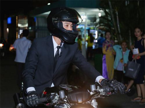 Johnny Trí Nguyễn cưỡi mô tô gần nửa tỉ đi xem phim sau tai nạn - 1