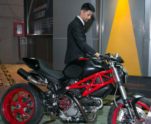 Johnny Trí Nguyễn cưỡi mô tô gần nửa tỉ đi xem phim sau tai nạn - 2