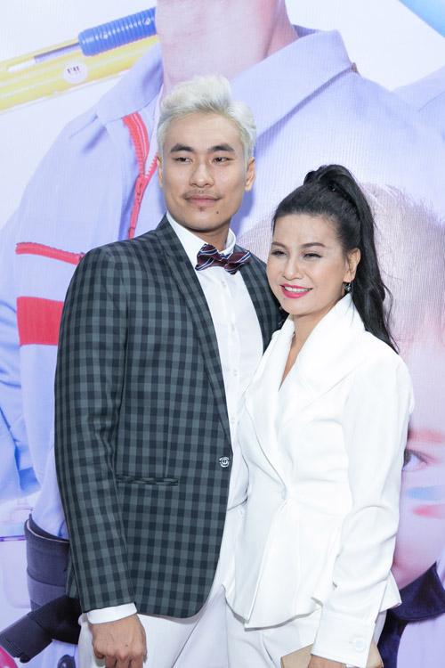 Johnny Trí Nguyễn cưỡi mô tô gần nửa tỉ đi xem phim sau tai nạn - 4