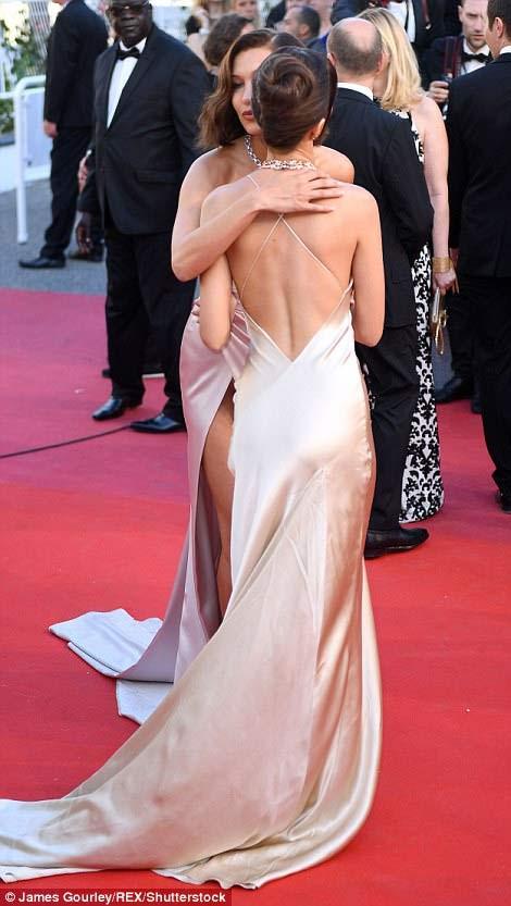 """Hot girl Hollywood nổi """"bần bật"""" tại Cannes vì sự cố váy xẻ sâu - 8"""