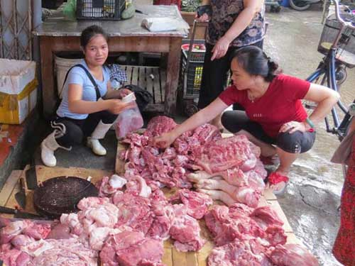 Thông tin mới vụ sạp thịt lợn giá rẻ bị hắt dầu luyn - 1
