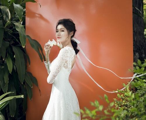 """Á hậu Việt  """"tình tứ CR7"""" mặc mỏng, khoét xẻ hút mắt - 9"""