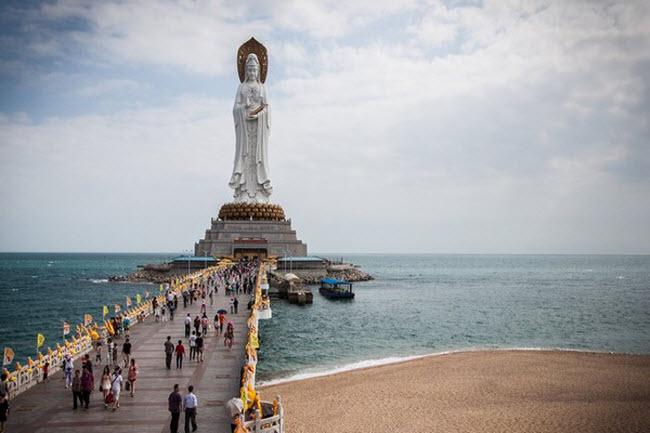 Tượng Phật Quan Âm, Trung Quốc: Đây là bức tượng cao thứ tư thế giới (108m), được xây dựng sát biển tại thành phố Tam Á, tỉnh Hải Nam, Trung Quốc.
