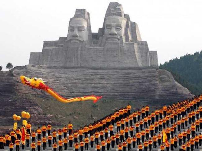 Tượng Hoàng đế Yan và Huang, Trung Quốc: Khối tượng cao 106m được xây dựng ở tỉnh Hà Nam, Trung Quốc. Đây là bức tượng cao thứ 5 trên thế giới.