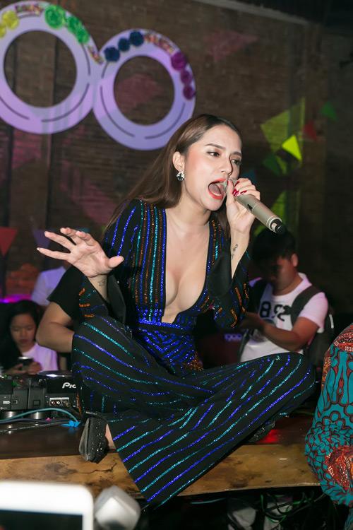 """Hương Giang mặc trễ nải diễn bar sau scandal """"vạ miệng"""" - 4"""