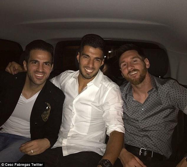 """Khi Messi, Suarez không quần đùi, áo số đi mở hàng cho """"gấu"""" - 10"""