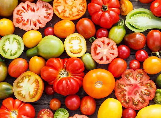2. Cà chua. 1 nghiên cứu đã chứng minh rằng, quý ông ăn trên 10 món có chứa cà chua mỗi tuần có tác dụng giảm nguy cơ mắc ung thư tuyến tiền liệt tới 18%. Nguyên nhân là do cà chua chứa nhiều lycopene, chất chống oxy hoá, có khả năng loại bỏ độc tố gây tổn thương DNA và tế bào.