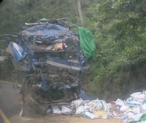Ô tô chở cám đâm vào vách núi, 3 người thương vong - 1