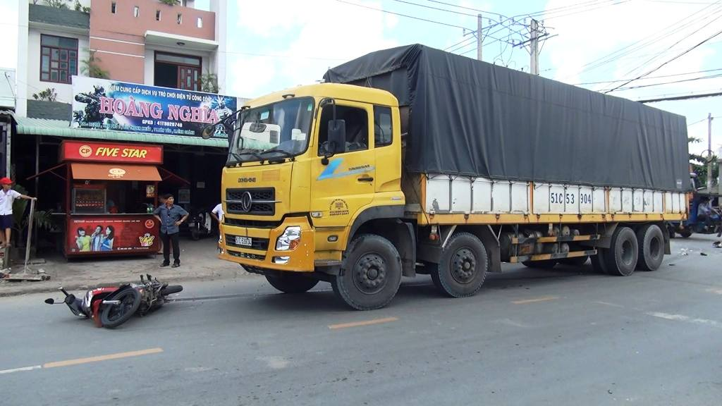Người dân tri hô, cứu hai vợ chồng bị xe tải kéo lê gần 20m - 1