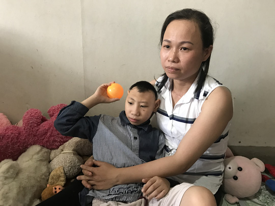 Người cha nuôi 2 con bị bại não xin lỗi các mạnh thường quân - 2