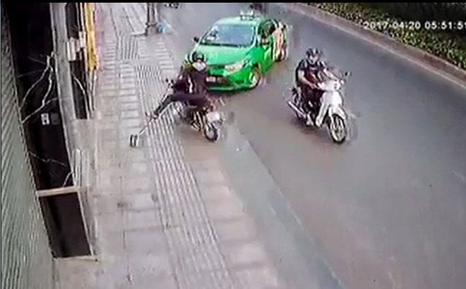Khách kề dao vào cổ, tài xế bung cửa chạy ra đường cầu cứu - 1