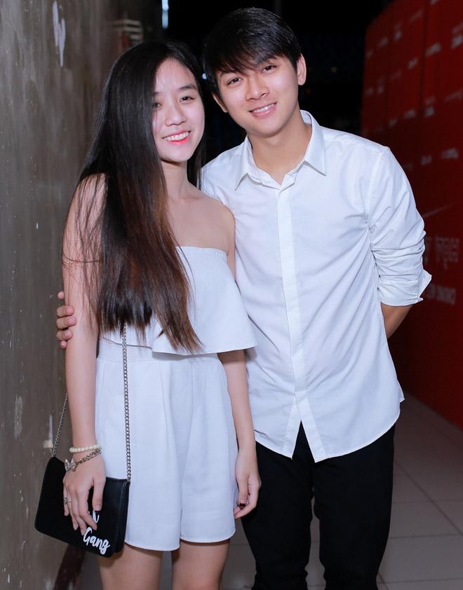 Bạn gái xinh đẹp cổ vũ Hoài Lâm hát Chung kết The Voice - 1