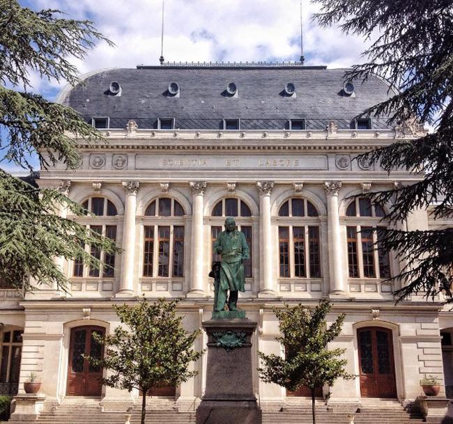 2. Đại học Lumière Lyon 2 được thành lập vào năm 1973, là trường đại học danh giá thứ 2 tại Pháp trong lĩnh vực nghiên cứu Văn học, Ngôn ngữ, Khoa học kinh tế, Chính trị, Luật Khoa học Xã hội và Nhân văn. & nbsp;