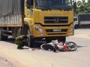 Tin tức trong ngày - Người dân tri hô, cứu hai vợ chồng bị xe tải kéo lê gần 20m