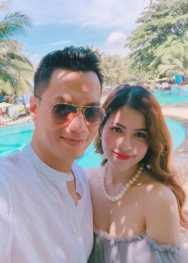 Trấn Hương đang làm kinh doanh và luôn hỗ trợ chồng trong công việc nghệ thuật. Việt Anh và Trần Hương có 3 năm sống thử trước khi chính thức là vợ chồng.