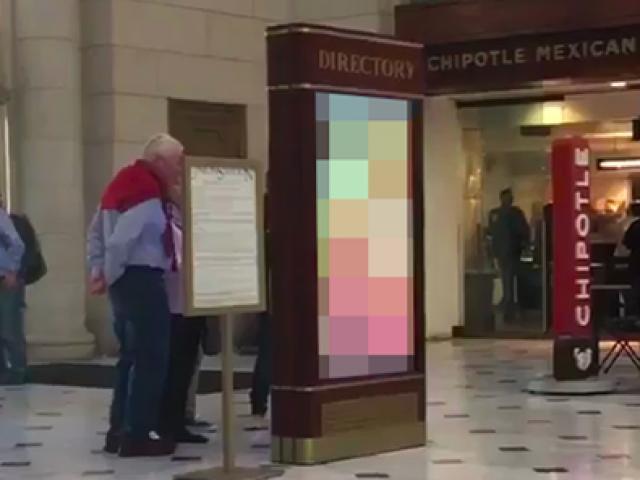 Mỹ: Chiếu phim khiêu dâm ở nhà ga đúng giờ cao điểm
