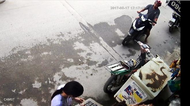 Camera ghi lại hình ảnh cô gái bị giật dây chuyền ở Sài Gòn - 1