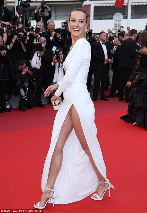 Lại một mỹ nữ khác phải xấu hổ vì váy xẻ cao tại Cannes - 1