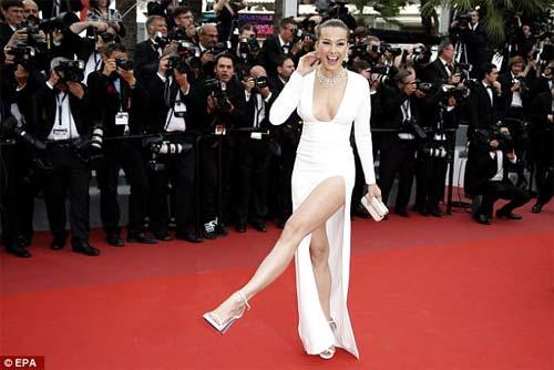 Lại một mỹ nữ khác phải xấu hổ vì váy xẻ cao tại Cannes - 4