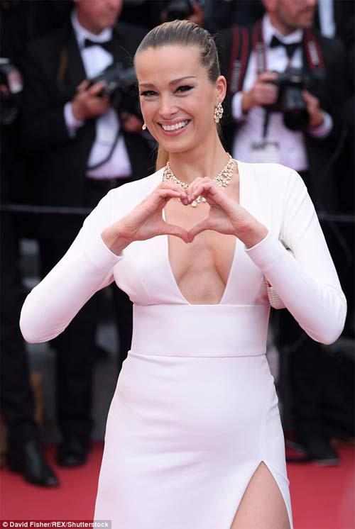 Lại một mỹ nữ khác phải xấu hổ vì váy xẻ cao tại Cannes 3