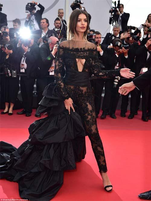 Lại một mỹ nữ khác phải xấu hổ vì váy xẻ cao tại Cannes 12