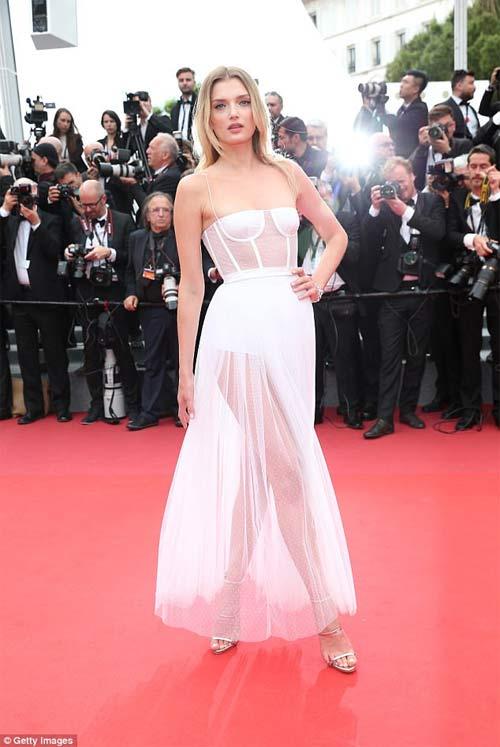 Lại một mỹ nữ khác phải xấu hổ vì váy xẻ cao tại Cannes 13