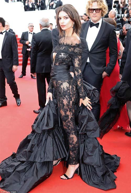 Lại một mỹ nữ khác phải xấu hổ vì váy xẻ cao tại Cannes 11