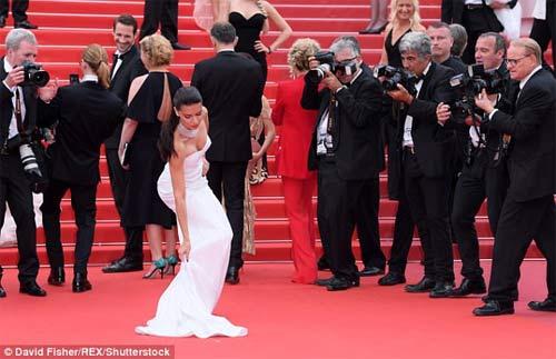 Lại một mỹ nữ khác phải xấu hổ vì váy xẻ cao tại Cannes 5
