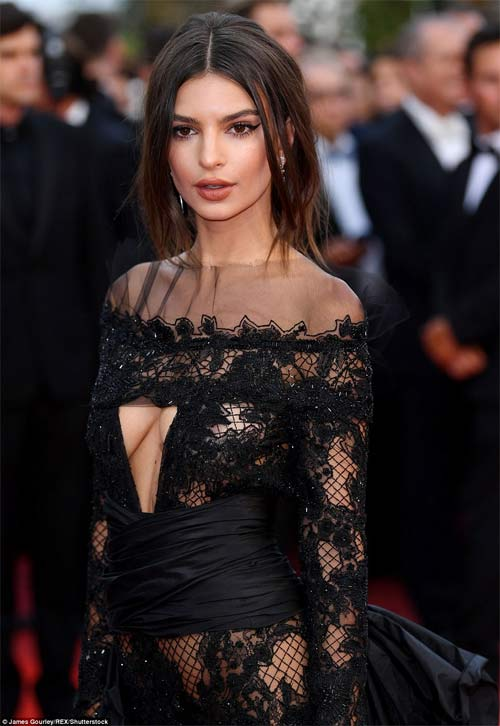 Lại một mỹ nữ khác phải xấu hổ vì váy xẻ cao tại Cannes 8