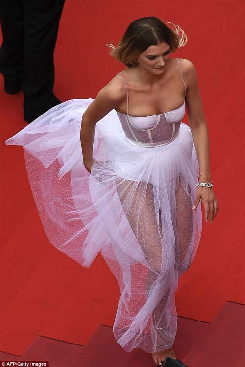 Lại một mỹ nữ khác phải xấu hổ vì váy xẻ cao tại Cannes 14