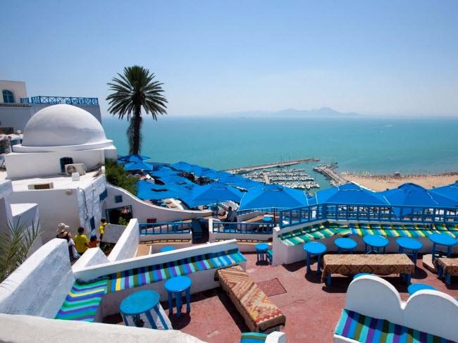 Sidi Bou Said, Tunisia: Nằm trên vách núi dựng đứng nhìn xuống biển Địa Trung Hải, Sidi Bou Said gây ấn tượng với phong cảnh đẹp cùng các cửa hàng, chợ nghệ thuật và quán cà phê nằm dọc đường phố lát đá cuội.