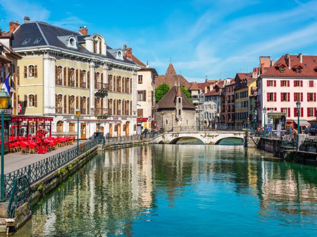 Annecy, Pháp: Tới đây, du khách được chào đón bằng những ngôi nhà sơn màu lam và quán cà phê nằm dọc bờ hồ thơ mộng. Bạn có thể ngồi ăn ngoài trời, đạp xe dọc bờ sông và chiêm ngưỡng các công trình kiến trúc lịch sử.