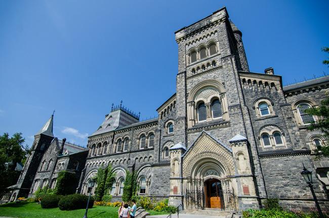 2. Đại học Toronto tọa lạc tại thành phố lớn nhất Canada, có kiến trúc là sự pha trộn độc đáo của 2 phong cách Gothes và Romanesque. Trường vinh dự là nơi theo học của 4 Thủ tướng Canada các thời kỳ.